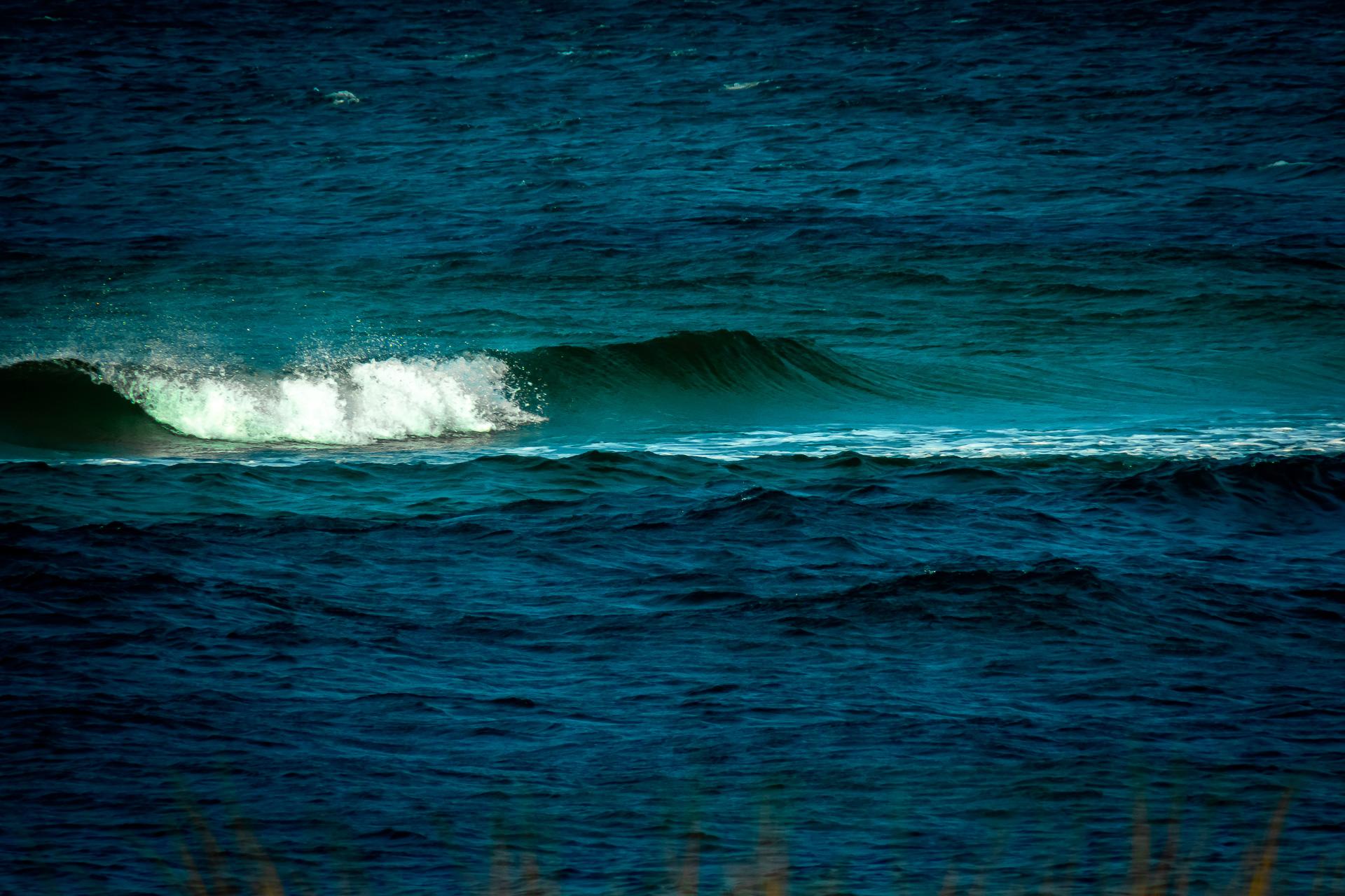 Weiße Gischt auf blau-grüner Welle