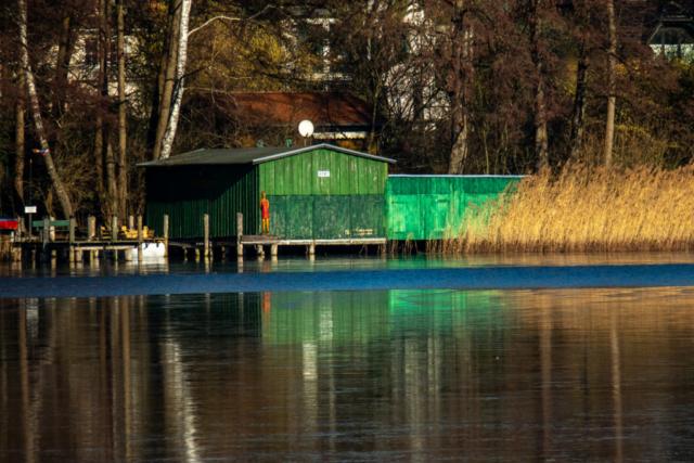 Bootsschuppen mit grün getünchten Bretter-Wänden