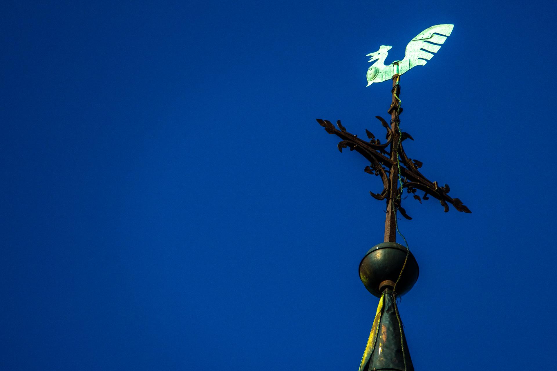 Wetterhahn auf einer Kirchturmspitze
