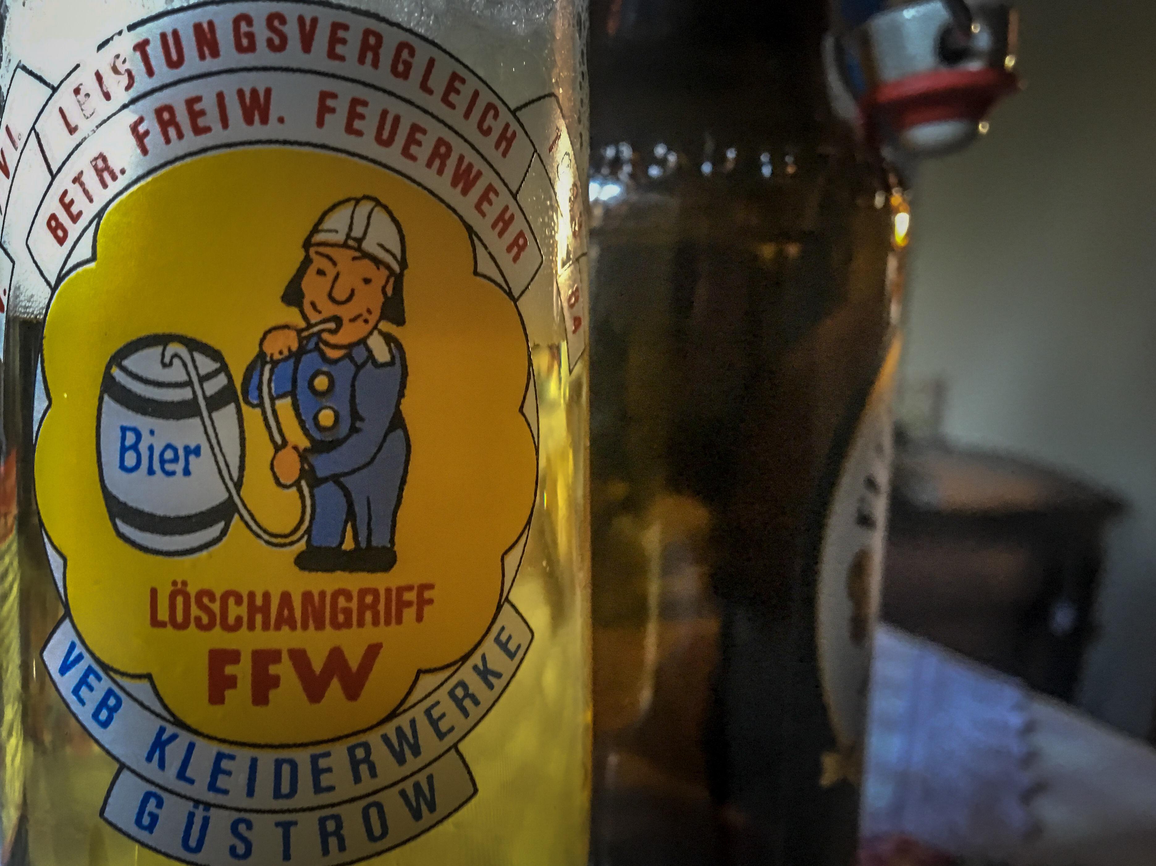 Bierglas anlässlich Feuerwehrwttkamof in Güstrow mit Feuerwehrmännchen, das direkt aus einem Bierfass trinkt