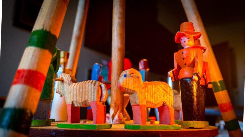 Holzschafe und Schäferfigur einer Weihnachtspyramide