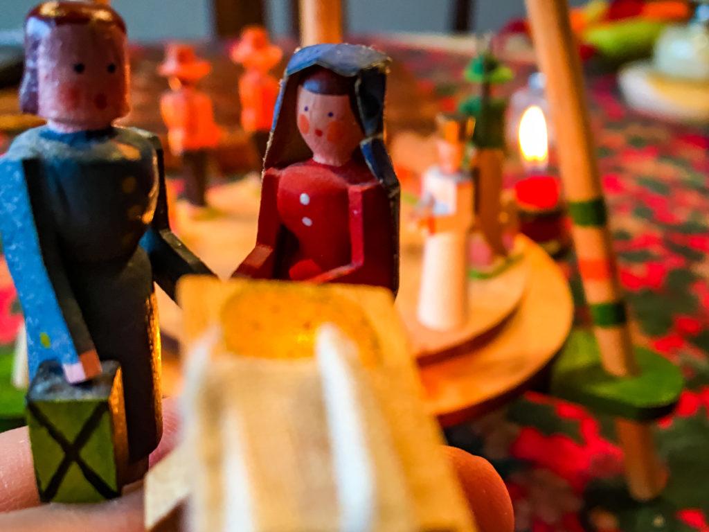 Holzfiguren Maria und Josef an einer leeren Krippe