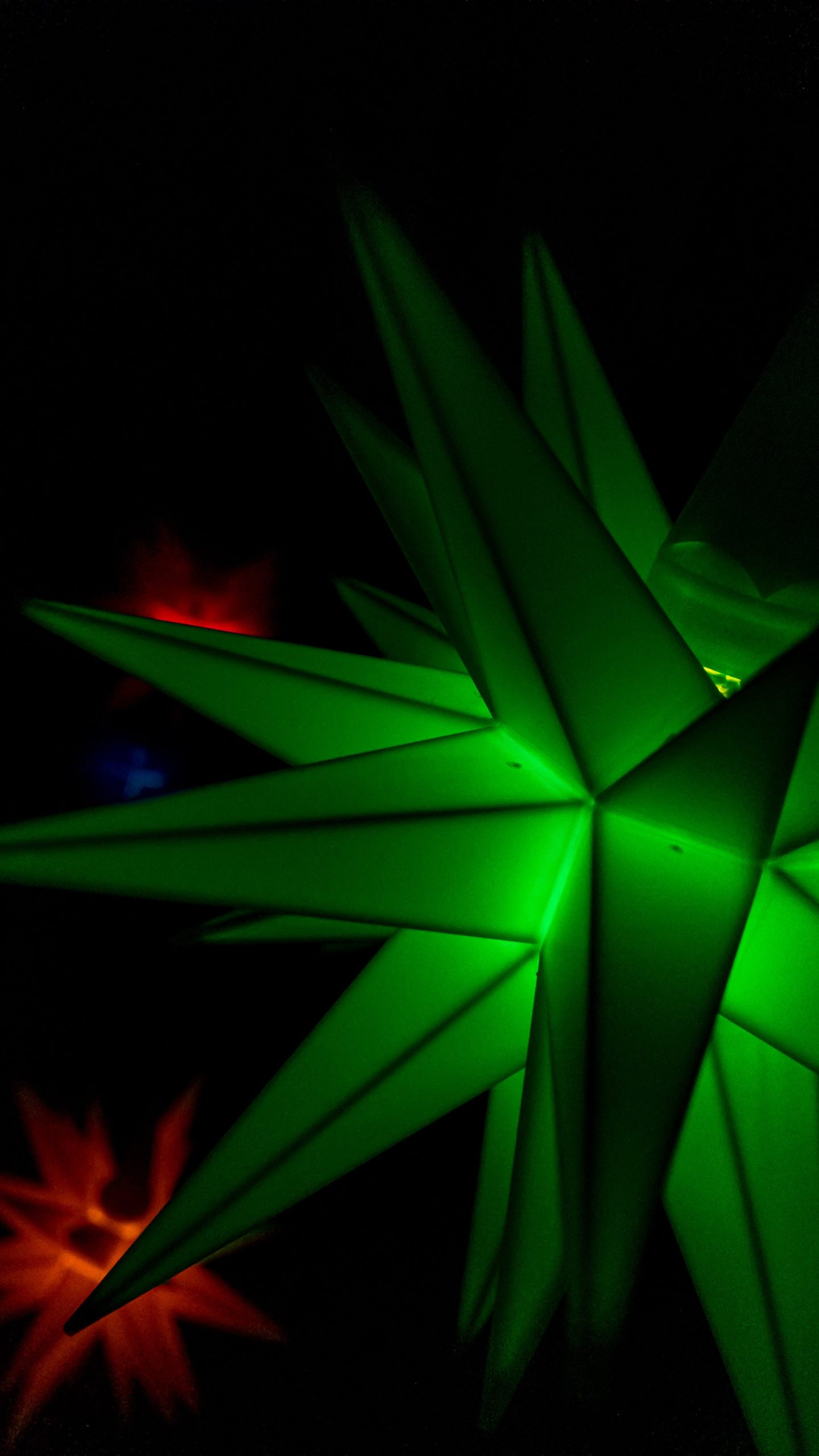 Herrnhuter Sterne in Grün, Gelb, Rot und Blau