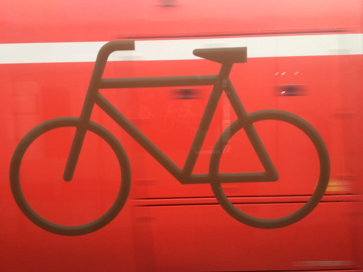Ein Fahrradpiktogram an der Fensterscheibe eines Regionalzuges